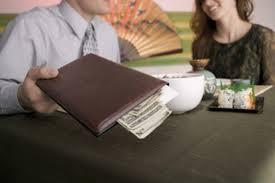 8 أسباب تبرّر لماذا على الرجل أن يدفع المال عن المرأة