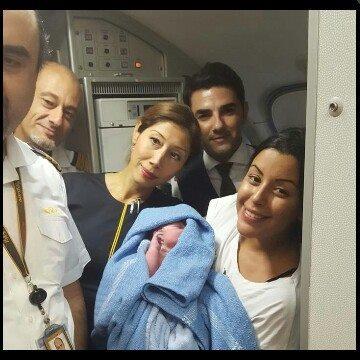 امرأة سورية تنجب على متن طائرة متجهة إلى السويد