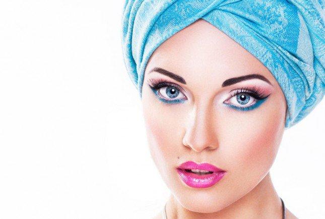 مكياج زهري وايلاينر أزرق مع العدسات اللاصقة الزرقاء