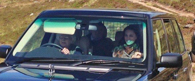 الملكة إليزابيث تقود السيارة بلا رخصة قيادة!
