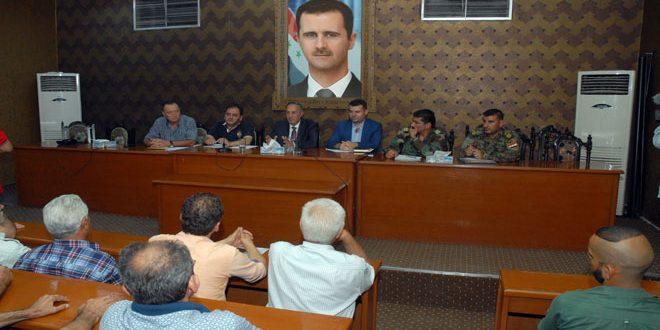 محافظ ريف دمشق يلتقي عناصر الحماية الذاتية لبلدة السبينة تمهيداً لعودة الأهالي إليها