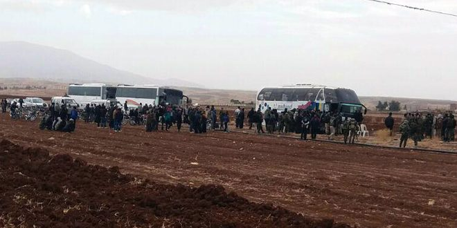 إخراج عشرات المسلحين مع بعض أفراد عائلاتهم من منطقة بيت جن بريف دمشق